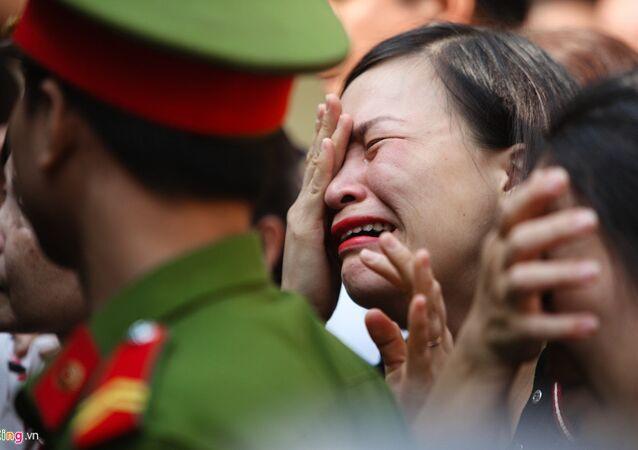 Người thân khóc tiễn các bị cáo trở về trại giam sau khi tòa tuyên trả hồ sơ, điều tra bổ sung