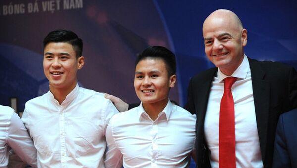 Chủ tịch FIFA chụp ảnh lưu niệm cùng U23 Việt Nam. - Sputnik Việt Nam
