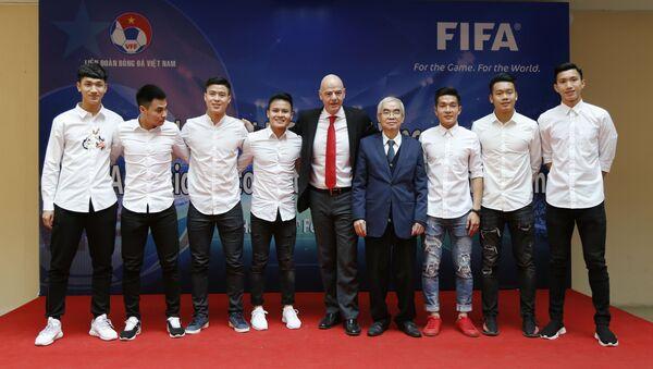 Chủ tịch FIFA Gianni Infantino và Chủ tịch Liên đoàn bóng đá Việt Nam Lê Hùng Dũng cùng các thành viên đội U23 tại Hà Nội, Việt Nam - Sputnik Việt Nam
