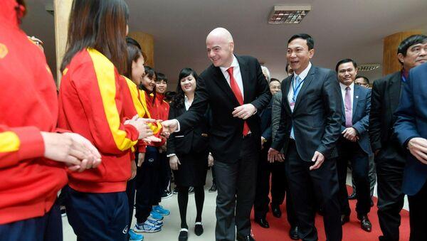 Chủ tịch FIFA, Gianni Infantino bắt tay các thành viên đội tuyển bóng đá quốc gia nữ trong chuyến thăm Liên đoàn Bóng đá Việt Nam tại Hà Nội - Sputnik Việt Nam