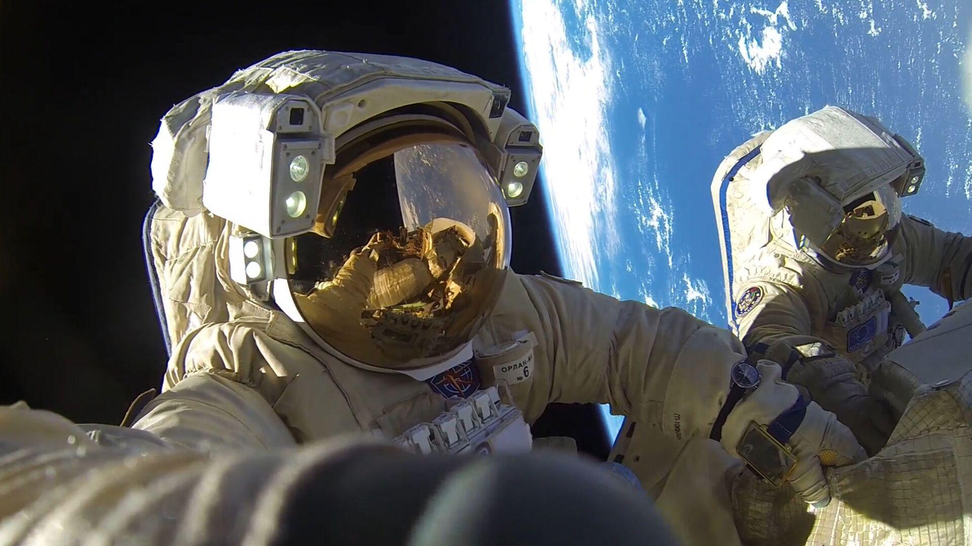 Hai phi hành gia của Roskosmos: Anton Shkaplerov và Alexandr Misurkin trong thời gian bước vào khoảng không vũ trụ - Sputnik Việt Nam, 1920, 05.10.2021