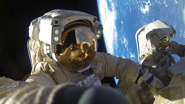 Hai phi hành gia của Roskosmos: Anton Shkaplerov và Alexandr Misurkin trong thời gian bước vào khoảng không vũ trụ - Sputnik Việt Nam