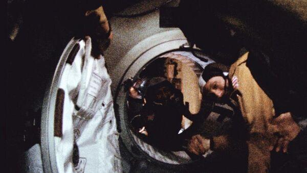 """Các chỉ huy """"Soyuz"""" và """"Apollo"""" chúc mừng nhân kỷ niệm 40 năm sứ mệnh huyền thoại - Sputnik Việt Nam"""