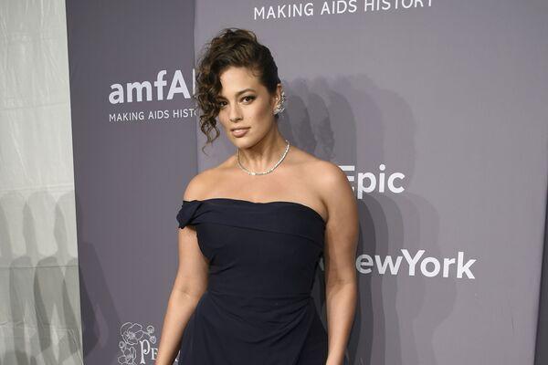 Người mẫu Ashley Graham tại tiệc tối từ thiện của quỹ amfAR vào đêm trước khi khai mạc Tuần lễ Thời trang ở New York - Sputnik Việt Nam