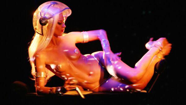 Vũ công nhóm nhảy Paris Crazy Horse trong chương trình Forever Crazy, vinh danh người sáng lập Alain Bernardin - Sputnik Việt Nam
