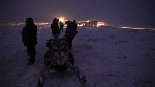 Các nhân viên Bộ tình trạng khẩn cấp Nga ở quận Ramensky thuộc tỉnh Moskva tại hiện trường tai nạn máy bay An-148 Hãng hàng không Saratov Airlines - Sputnik Việt Nam