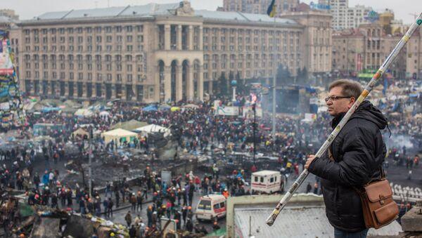 Phái ủng hộ đối lập dựng chướng ngại vật trên phố Institutskaya ở Kiev. - Sputnik Việt Nam