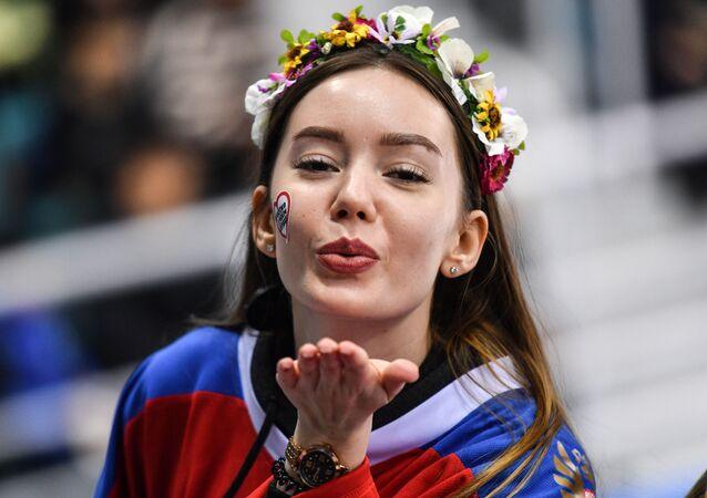 Cô gái trong trận đấu khúc côn cầu nữ Canada-Nga tại Thế vận hội mùa đông XXIII