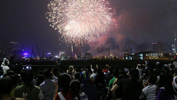Pháo hoa đỏ rực chào đón năm mới trên bầu trời TP.HCM - Sputnik Việt Nam