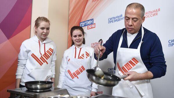 Trụ sở vận động tranh cử của ông Putin mở lớp dạy rán bánh xèo Nga - Sputnik Việt Nam