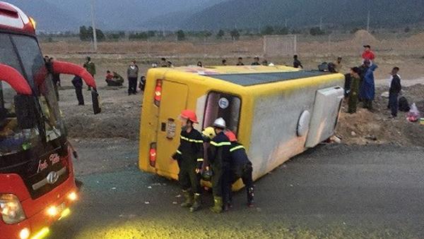 Chiếc xe khách bị lật trên đường tại TP Đà Nẵng khi đang chở khách về quê đón Tết - Sputnik Việt Nam