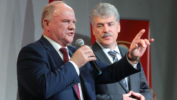 Ông Pavel Grudinin đã được đích thân nhà lãnh đạo Đảng Cộng sản Nga Gennady Zyuganov trao huy chương kỷ niệm 100 năm thành lập Hồng quân Liên Xô - Sputnik Việt Nam