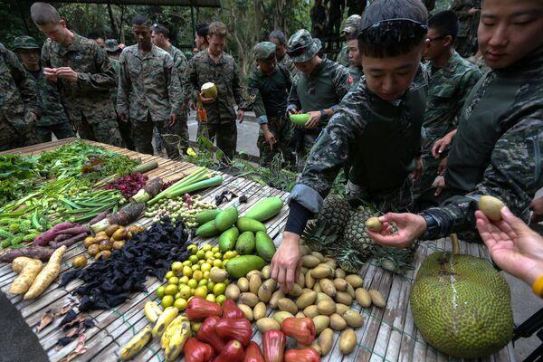 Thủy quân lục chiến Hoa Kỳ và Hàn Quốc tập sinh tồn trong rừng trong khuôn khổ cuộc tập trận chung Cobra Gold 2018 ở Thái Lan - Sputnik Việt Nam