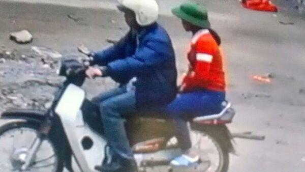 Hình ảnh cháu M. đi cùng xe với người đàn ông lạ mặt ảnh cắt qua camera (ảnh: gia đình cung cấp) - Sputnik Việt Nam