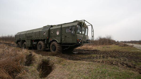 Hệ thống tên lửa hành trình chiến thuật (OTRK) Iskander-M trong cuộc luyện tập tấn công tên lửa ở khu vực Krasnodar - Sputnik Việt Nam