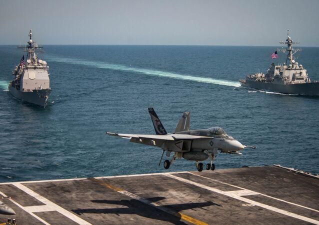 Máy bay chiến đấu trên tàu sân bay F/A-18E Super Hornet hạ cánh ở tàu sân bay USS Carl Vinson