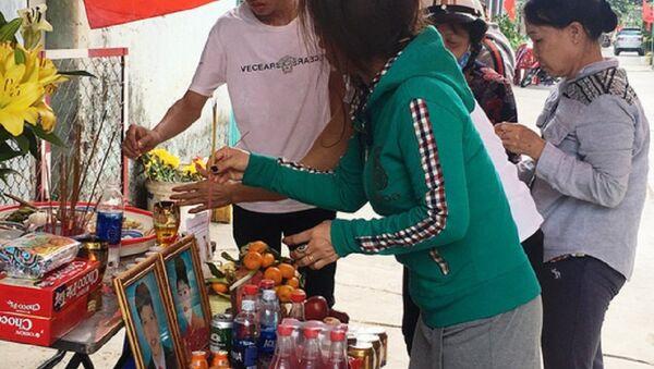 Vụ thảm sát ở quận Bình Tân: Nhiều người tìm đến trước căn nhà thắp hương và cầu nguyện cho những người đã khuất - Sputnik Việt Nam