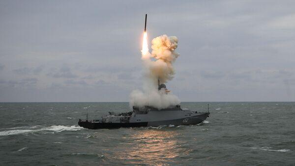 Tàu tên lửa nhỏ Grad Sviyazhsk phóng tên lửa Kalibr trong buổi diễn tập tổng kết của nhóm tàu chiến Hạm đội Caspian - Sputnik Việt Nam