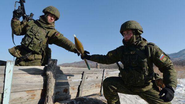 Tính toán đường đạn của súng phóng lựu RPG-7 trước khi bắn trong diễn tập của Tiểu đoàn Thủy quân lục chiến Hạm đội Thái Bình Dương ở vùng Primorsky - Sputnik Việt Nam
