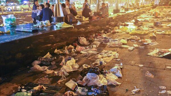 Rác tràn ngập đường Tôn Đức Thắng (gần điểm bắn pháo hoa hầm Thủ Thiêm) sau đêm giao thừa. - Sputnik Việt Nam