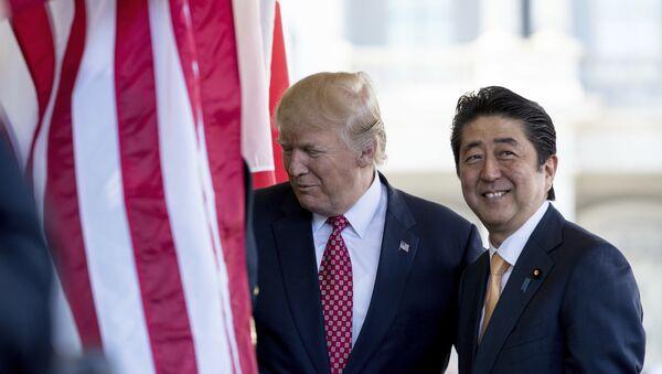 Tổng thống Donald Trump chào mừng Thủ tướng Nhật Bản Shinzo Abe bên ngoài Cánh Tây của Nhà Trắng - Sputnik Việt Nam