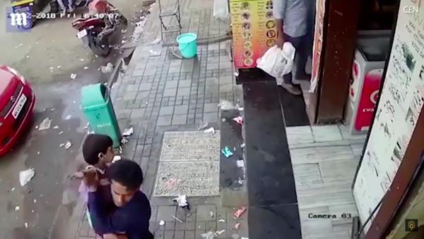 Sốc: người đàn ông không nhận thấy con gái bị bắt cóc chỉ cách có vài bước chân (Video) - Sputnik Việt Nam