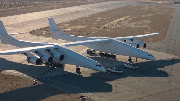 Скриншот с видео испытаний прототипа самого большого в мире самолета Stratolaunch - Sputnik Việt Nam