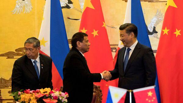 Tổng thống Philippine Rodrigo Duterte và Chủ tịch Trung Quốc Tập Cận Bình bắt tay sau lễ ký kết tổ chức tại Bắc Kinh, Trung Quốc, ngày 20 tháng 10 năm 2016 - Sputnik Việt Nam