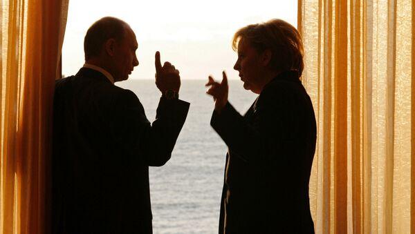 Tổng thống Nga Vladimir Putin và Thủ tướng Đức Angela Merkel trong cuộc gặp tại dinh thự Bocharov Ruchei ở Sochi,  năm 2007 - Sputnik Việt Nam