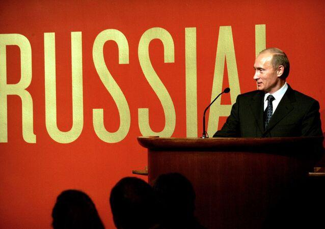 Ông Vladimir Putin tại lễ khai mạc triển lãm Nước Nga! trong Bảo tàng Guggenheim ở New York, năm 2005