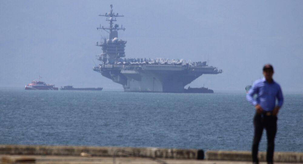 Tàu sân bay Hải quân Hoa Kỳ Carl Vinson tại cảng Đà Nẵng, Việt Nam
