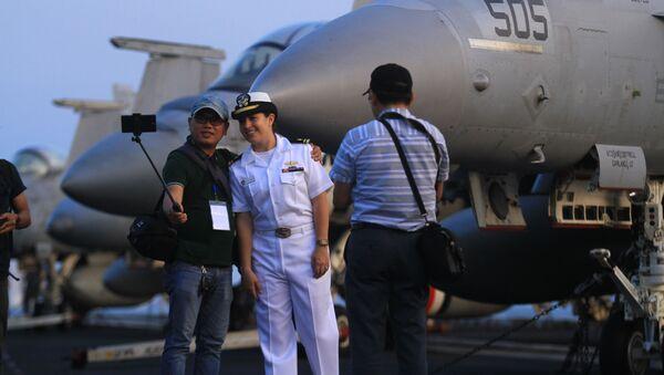 Chụp ảnh trên boong tàu sân bay Hải quân Hoa Kỳ Carl Vinson tại cảng Đà Nẵng, Việt Nam - Sputnik Việt Nam