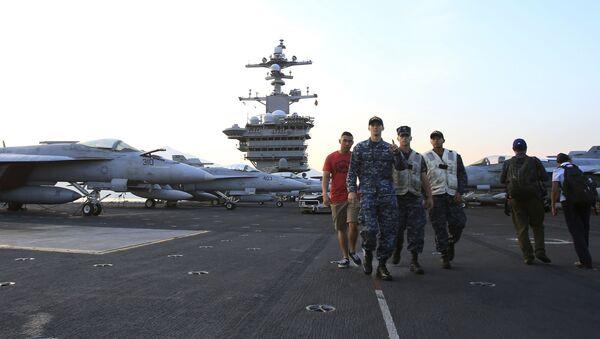 Các sĩ quan Mỹ trên tàu sân bay Hải quân Hoa Kỳ Carl Vinson tại cảng Đà Nẵng, Việt Nam - Sputnik Việt Nam