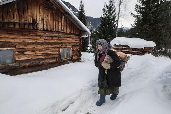 Nữ tu ẩn dật Siberia Agafya Lykova đi kiếm củi - Sputnik Việt Nam