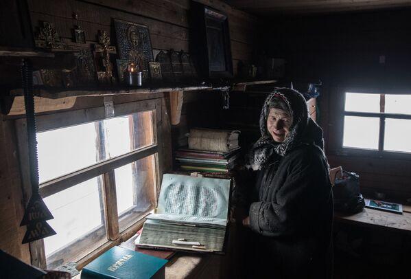 Nữ tu ẩn dật Siberia Agafya Lykova trong giờ cầu nguyện - Sputnik Việt Nam
