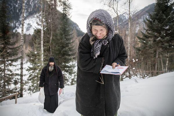 Nữ tu ẩn dật Siberia Agafya Lykova và trợ lý Guriy - Sputnik Việt Nam