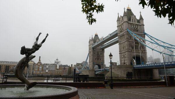 Cầu Tháp Luân Đôn (Tower Bridge) và đài phun nước Cô bé và cá heo trên sông Thames, London - Sputnik Việt Nam
