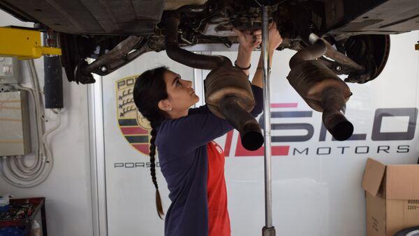 Người đẹp Liban sửa xe Porsche ở Beirut - Sputnik Việt Nam