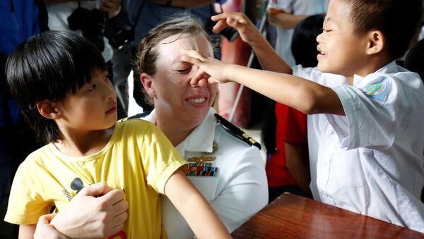 Thủy thủ tàu sân bay USS Carl Vinson chơi với trẻ em bị nhiễm chất độc da cam ở Trung tâm bảo trợ nạn nhân chất độc da cam và trẻ em bất hạnh Thành phố Đà Nẵng. - Sputnik Việt Nam