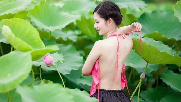 Cô gái bên hoa sen - Sputnik Việt Nam