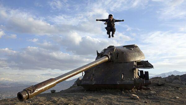 Cậu bé Afghanistan nhảy từ một tháp xe tăng ở vùng ngoại ô Kabul - Sputnik Việt Nam