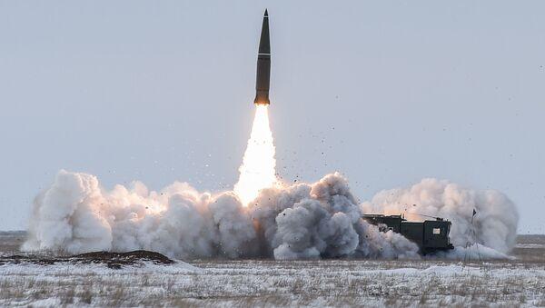 Hệ thống tên lửa đạn đạo chiến thuật Iskander-M phóng tên lửa tại thao trường Kapustin Yar ở vùng Astrakhan - Sputnik Việt Nam