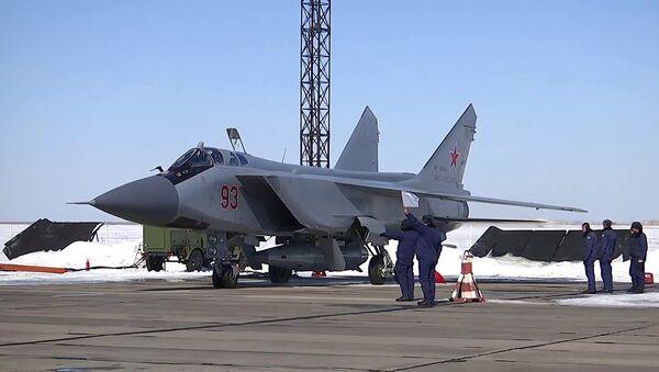 """Phi đội bay MIG-31 thuộc Không lực Vũ trụ Nga vừa thực hiện việc phóng tên lửa siêu thanh có độ chính xác cao thuộc tổ hợp """"Kinzhal"""" - Sputnik Việt Nam"""