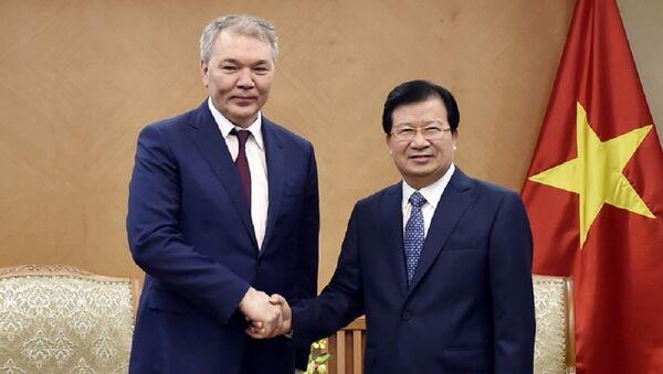 Phó Thủ tướng Trịnh Đình Dũng và ông Leonid Ivanovich Kalashnikov - Sputnik Việt Nam