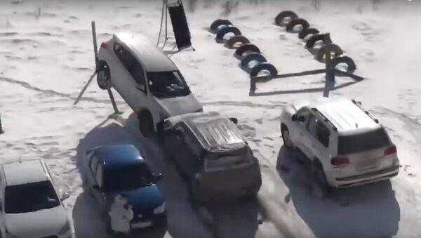 Đừng đâm vào xe tôi! Chồng say phá hỏng xe của vợ trong bãi đậu xe (Video) - Sputnik Việt Nam