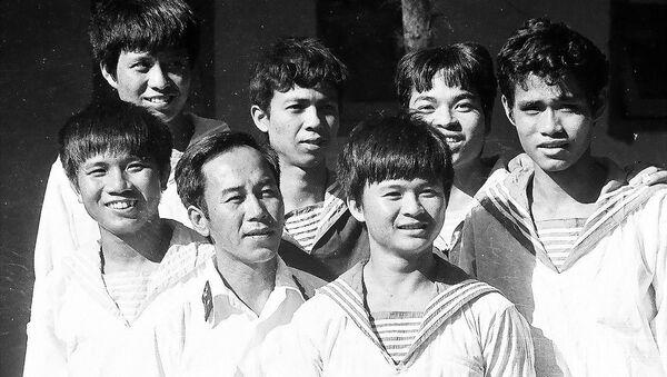 Anh hùng Vũ Huy Lễ và sĩ quan, thủy thủ tàu HQ-505, tháng 4/1988 - Sputnik Việt Nam