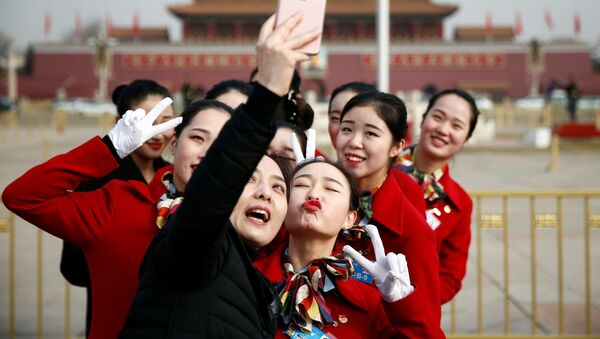 Các cô gái chụp hình tự sướng tại quảng trường Thiên An Môn ở Bắc Kinh - Sputnik Việt Nam