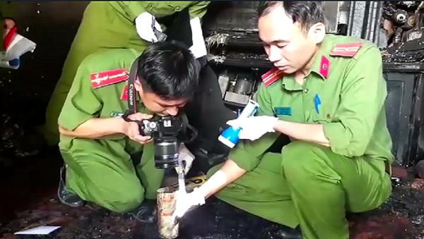 Công an khám nghiệm hiện trường vụ cháy - Sputnik Việt Nam
