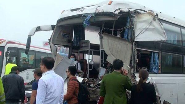 Vụ tai nạn khiến hai xe bị hư hỏng nghiêm trọng - Sputnik Việt Nam