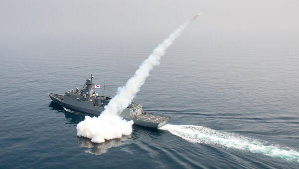 Tàu hải quân Hàn Quốc bắn tên lửa trong một cuộc diễn tập ở vùng biển phía đông Nam Triều Tiên - Sputnik Việt Nam